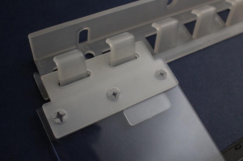 Kurtyny paskowe na drzwi z mocowaniami z tworzywa sztucznego