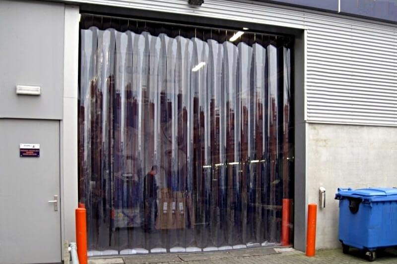 Kurtyna magazynowa wisząca w otworze bramowym, gdy brama segmentowa jest otwarta.