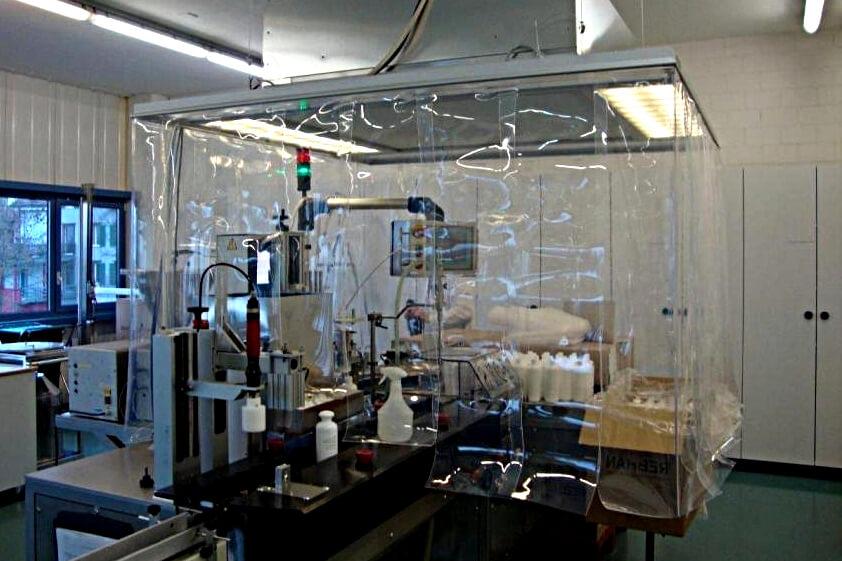 Kurtyny przemysłowe zamontowane na wyciągu w labolatorium.