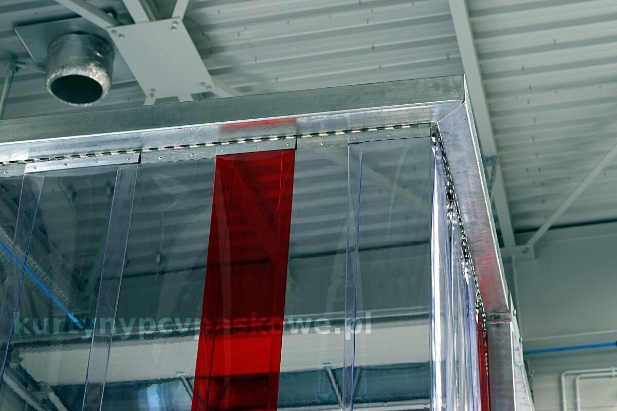 Kurtyna paskowa zamocowana na konstrukcji nośnej