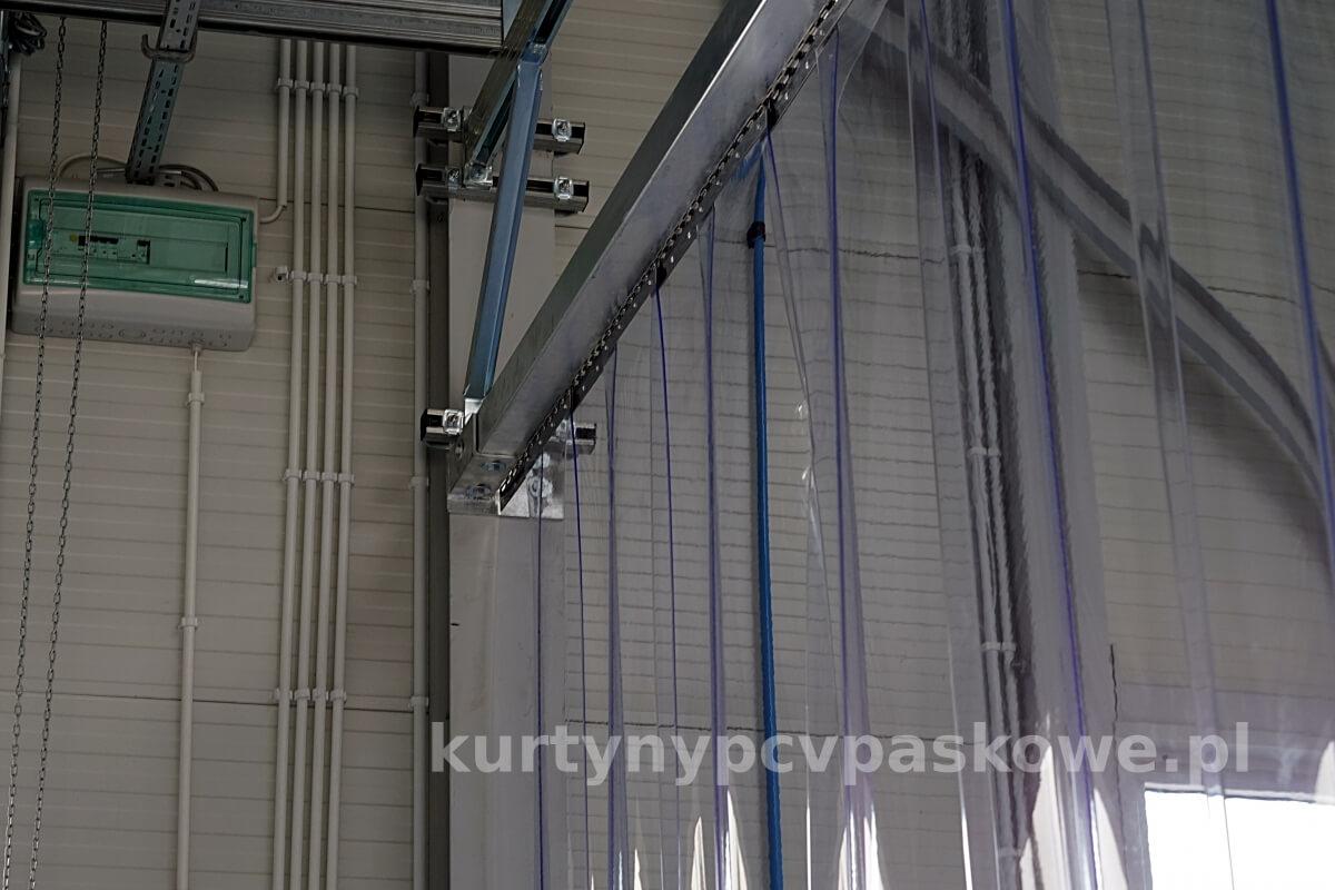 Konstrukcja stalowa kurtyny paskowej przymocowna do słupa hali
