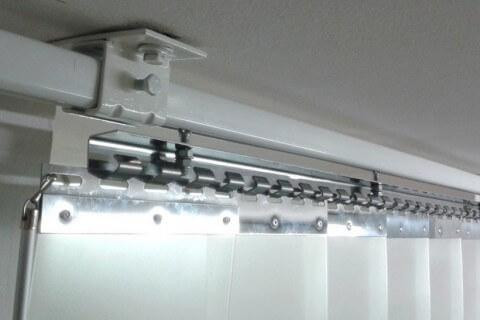 Kurtyna przesuwana zamontowana do stropu