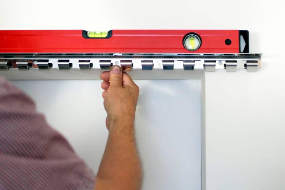 Sprawdzenie poprawności zamocowania wieszaka grzebieniowego przy pomocy poziomicy