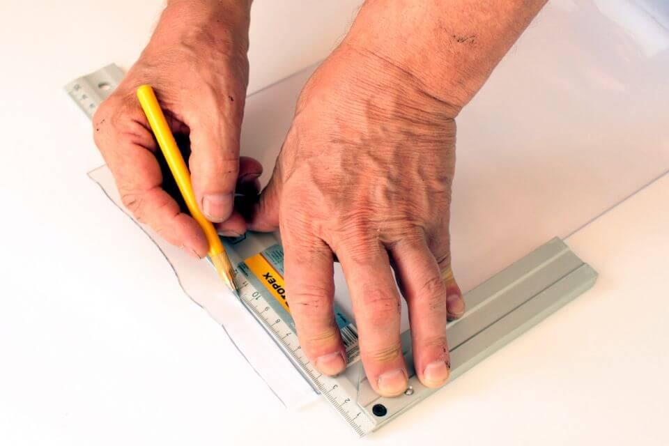 Wyrówanie krzywych końców pasa przy pomocy kątownika pomiarowego i noża do cięcia PCV