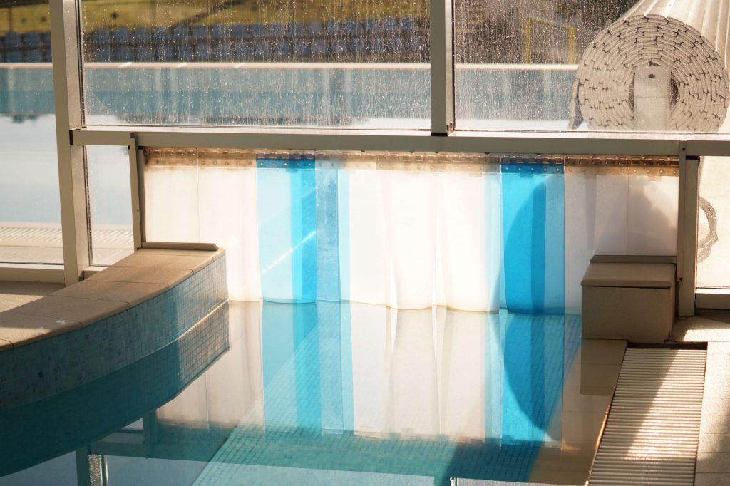 Kurtyna paskowa rozdzielająca pływalnię i strefę relaksu