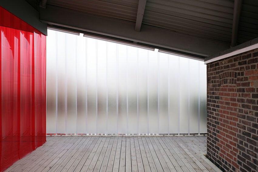 Kurtyny magazynowe mogą służyć jako ścianki oddzielające wizualnie sąsiadujące pomieszczenia. W takiej roli najlepiej spisują się pasy kolorowe.