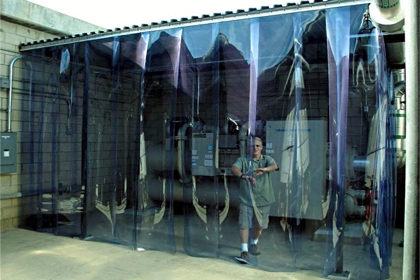 Kurtyna przemysłowa zamontowna do ochrony przed hałasem.