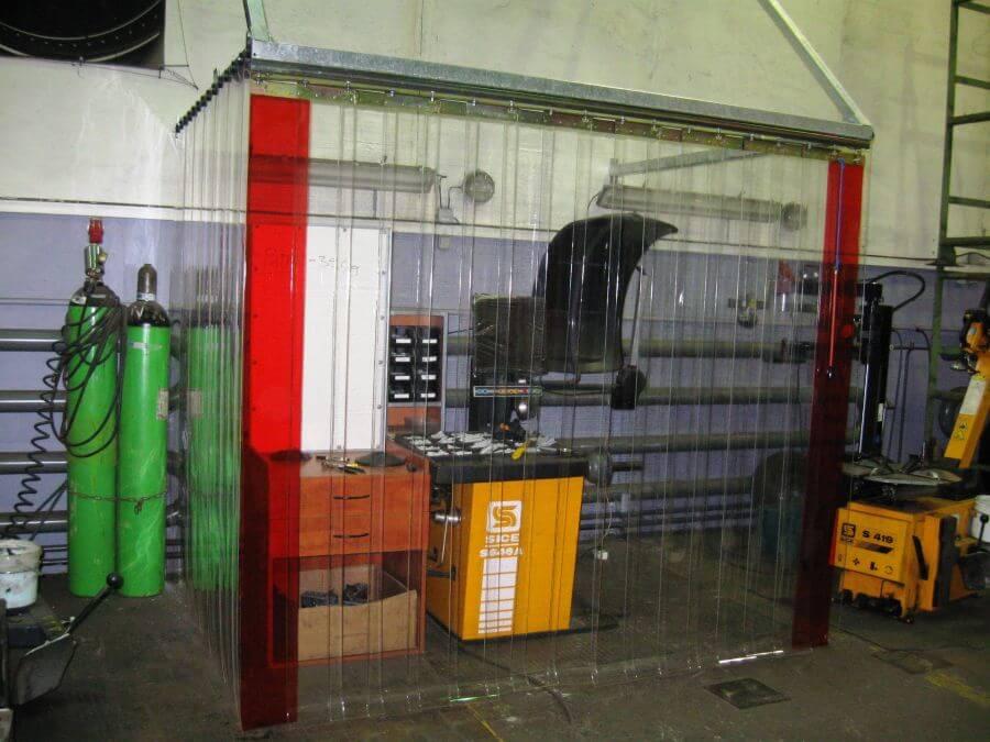 Kotary przemysłowe spełniają się jako osłony na stanowiskach obróbki mechanicznej, zatrzymują iskry, pył szlifierski i oleje.