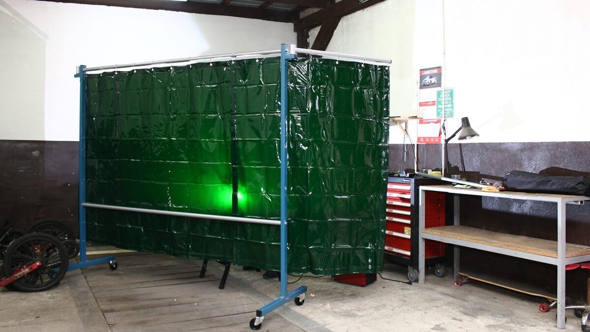 Parawan spawalniczy na kółkach można w łatwy sposób ustawić w dowolnym miejscu warsztatu. To bardzo dobra alternatywa dla dużych kurtyn spawalniczych.