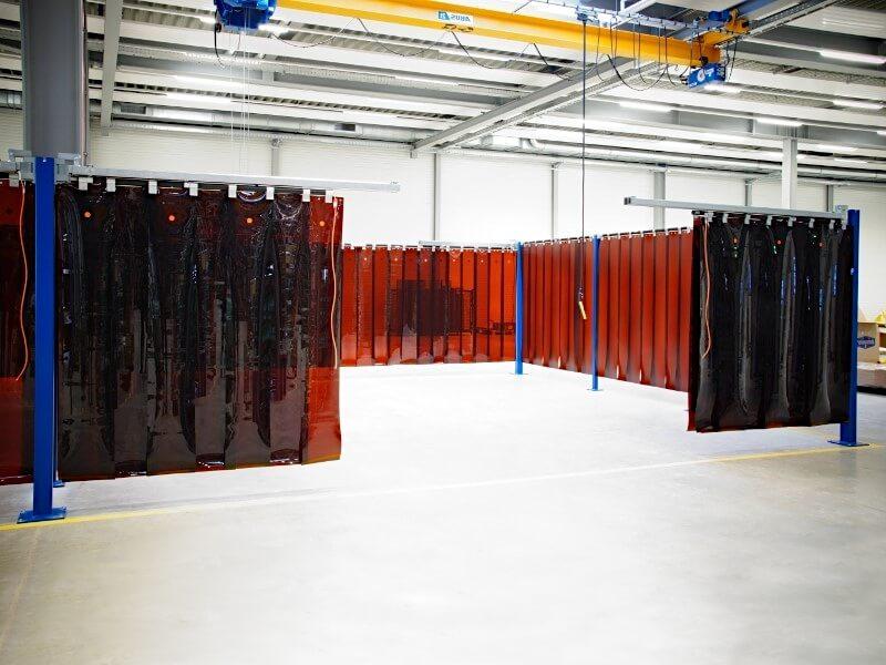 Kurtyny spawalnicze służą do wydzielenia obszaru spawania i cięcia przedmiotów o dużych gabarytach.