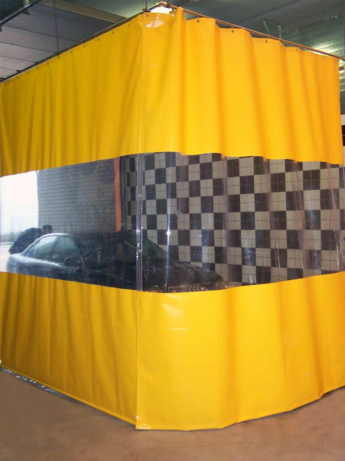 Wytrzymała kurtyna plandekowa w kolorze żółtym, z pasem przeziernej folii w roli okna