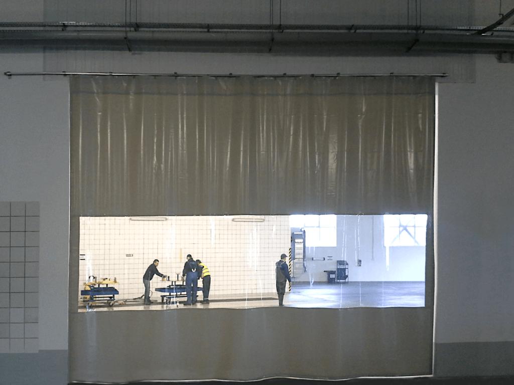 Kurtyna plandekowa jako drzwi plandekowe - zamocowana na systemie przesuwnym