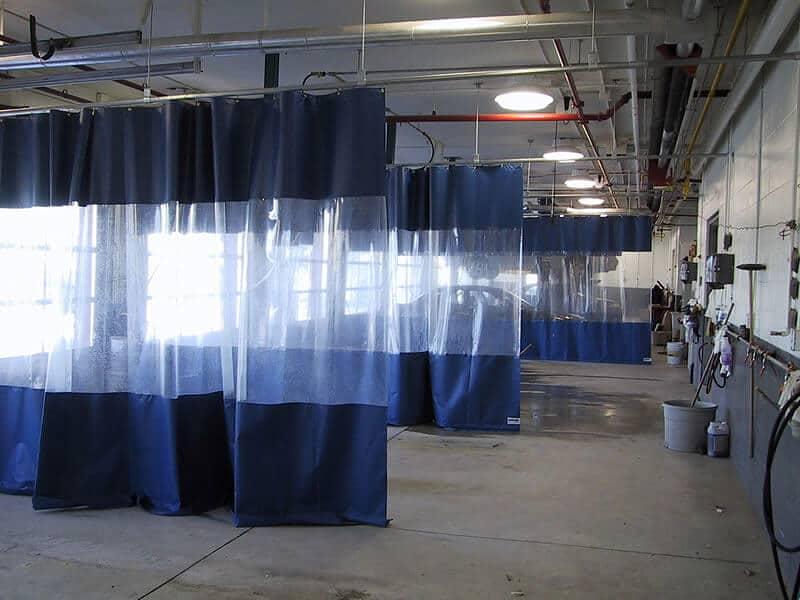 Kurtyny plandekowe zawieszone na myjni samochodowej
