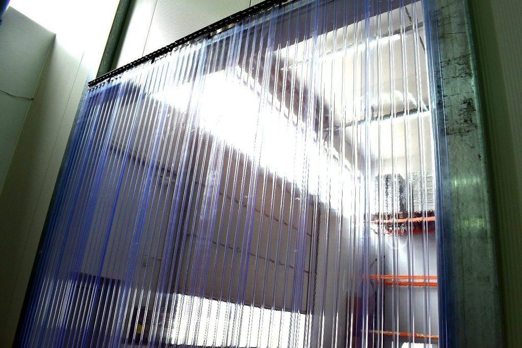 Kurtyny przemysłowe często pełnią funkcję drzwi w halach i magazynach