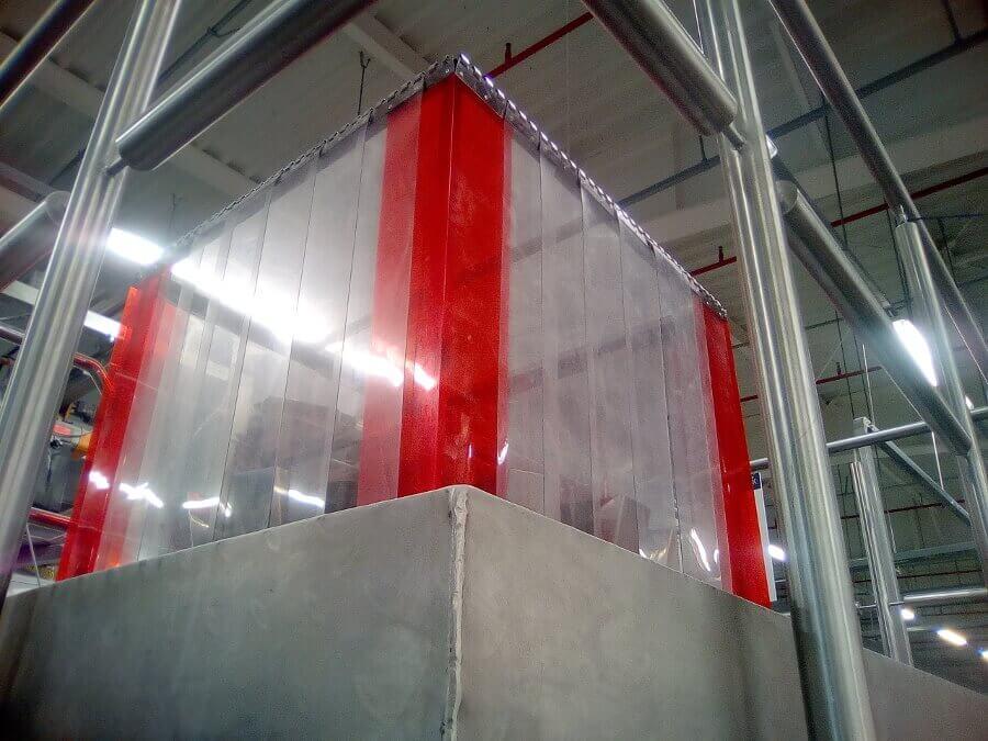 Kurtyny przemysłowe często są wykorzystywane jako osłony maszyn. Mają za zadanie chronić przed hałasem.